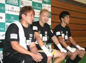 興行を終えてリラックスするグリーンツダジムの(左から)本石昌也会長、矢田良太、下町俊貴