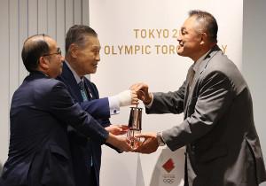 東京五輪・パラリンピック組織委員会の森喜朗会長(中央)、東京都の多羅尾光睦副知事(左)から聖火ランタンを受け取るJOCの山下泰裕会長(代表撮影)