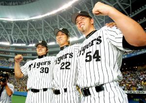 2005年のリーグ制覇に貢献したJFK。(左から)久保田智之氏、藤川球児、ジェフ・ウィリアムス氏