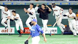 9回無死満塁でエスコバー(手前)が吉川尚輝にサヨナラ打を浴びた