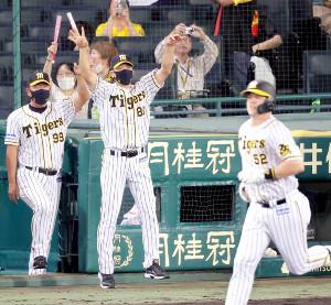 サンズ(右)のサヨナラ弾にベンチを飛び出して喜ぶ阪神・矢野監督(中央)