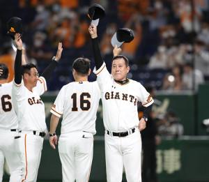サヨナラ勝利を飾り、帽子を取って声援に応える原辰徳監督(カメラ・関口 俊明)