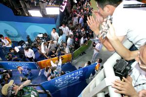 女子48キロ級で優勝し、金メダルを獲得した谷亮子を祝福する、夫で野球日本代表の谷佳知外野手(カメラ・保井秀則)