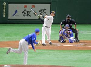 3回1死、右前打を放つ丸佳浩(投手は浜口遥大、捕手は高城俊人)(カメラ・泉 貫太)