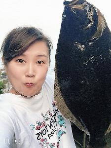 ヒラメを釣って、夏の釣りを締めくくった邦ちゃん(本人提供)