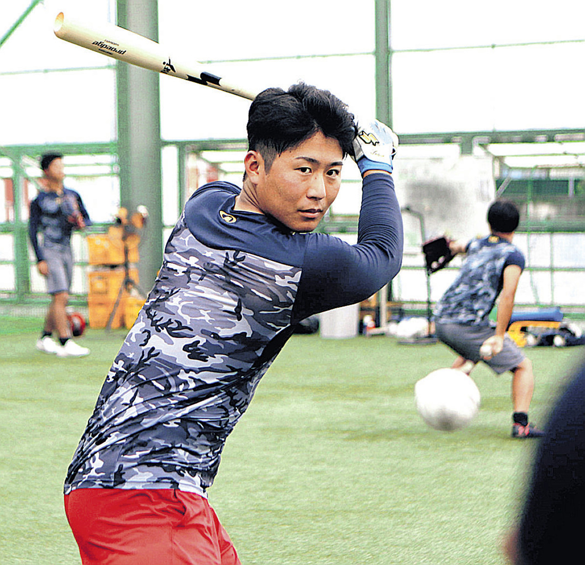 室内練習場でトス打撃をする仙台大・川村