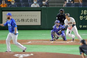 1回1死一、三塁、右前に同点適時打を放つ岡本和真(投手はスペンサー・パットン、捕手は戸柱恭孝)(カメラ・泉 貫太)