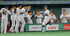 2回1死一、二塁、右越えにプロ初となる3点本塁打を放った松原聖弥(手前右)はベンチ前でおどけて見せる(カメラ・泉 貫太)