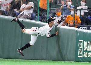 6回無死一塁、ソトの打球に飛びつく松原聖弥(カメラ・中島 傑)