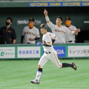 2回1死一、二塁、右越えにプロ初となる3点本塁打を放った松原聖弥(カメラ・泉 貫太)