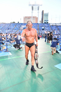 神宮球場でNEVER王座を奪回して引き上げる鈴木みのる(新日本プロレス提供)