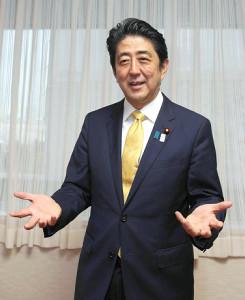 カメラマンのリクエストに応え「今でしょ」とポーズを決める安倍晋三首相(2013年7月)