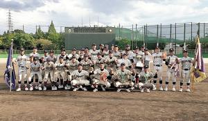 優勝の大阪東ナインは普段から親交ある大阪都島ナインと合同で記念写真