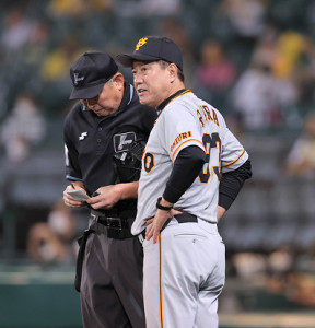 7回、選手の交代を告げる原辰徳監督(カメラ・中島 傑)