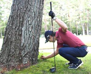 10番で放ったティーショットが木の根元に止まった石川遼(代表撮影)