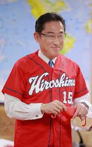 自身が応援している広島のユニフォームを着用しインタビューに答える衆議院議員・岸田文雄