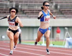 上肢障害T47女子100メートルを日本新で制した重本沙絵(右)