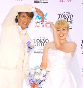 ソーシャルディスタンスを保ちつつハートのポーズで撮影に応じた、元サッカー日本代表GK本並健治氏(左)、元サッカー女子日本代表「なでしこジャパン」FW・丸山桂里奈