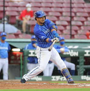 6回1死一、二塁、宮崎敏郎がセンターへ勝ち越しの適時打を放つ(カメラ・豊田 秀一)