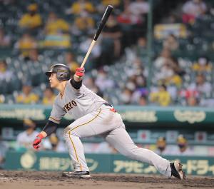 5回1死一、二塁、岡本和真が左中間に適時二塁打を放つ