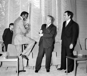 ブロック氏(左)は1979年日米野球で来日した際、王貞治、大平正芳首相と歓談した