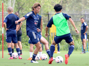 練習で汗を流す横浜M・DF松原健(左)