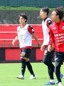 8日の練習で、ダブルボランチを務めた札幌MF高嶺(左)、田中(右)