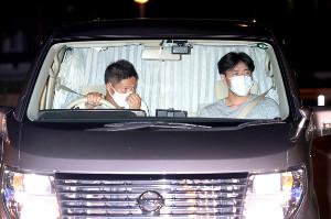 伊勢谷容疑者を乗せたと思われる車。後部座席はカーテンで仕切られ、表情は見えなかった