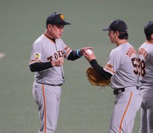 原辰徳監督(左)はセーブを挙げた高梨雄平からウィニングボールを受け取る