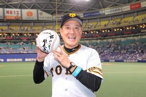 通算1066勝で巨人歴代監督1位タイとなった原監督はサインを入れた大きなボールを手に笑顔を見せる(カメラ・橋口 真)