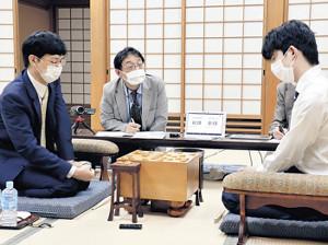 谷川浩司九段を破った藤井聡太2冠(右)(日本将棋連盟提供)