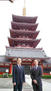 浅草寺の五重塔をバックに立つ中村勘九郎(右)と中村七之助
