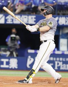 7回、逆転の17号2ランを放つ阪神・サンズ