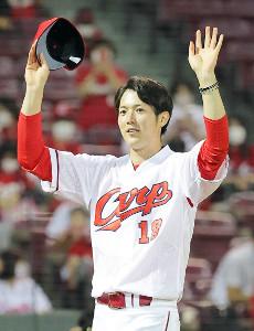 ヒーローインタビュー後、手を振ってファンの声援に応える広島・森下