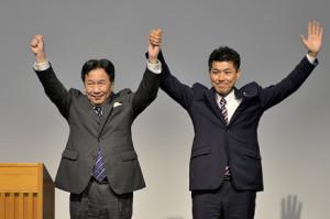 初代代表に選出された枝野幸男代表(左)と泉健太政務調査会長