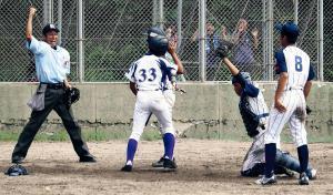 6回2死満塁、京都嵯峨野は懸命の守備で逆転を許さず。勝利につなげた