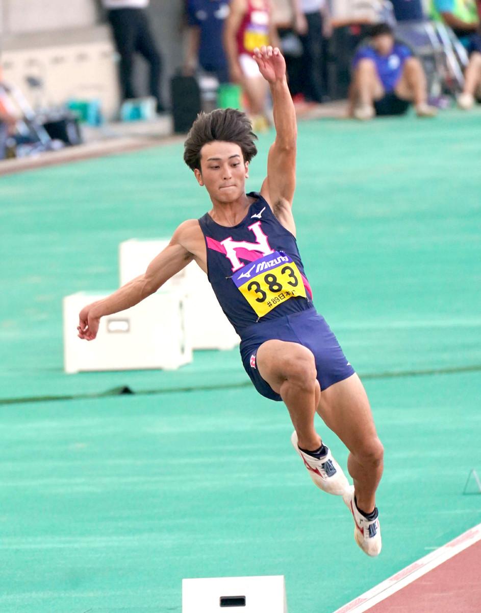 男子走り幅跳びの1回目の試技でトップに立った橋岡優輝
