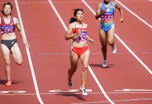 女子200メートル準決勝第2組で1着となり、決勝へと駒を進めた児玉(中央)(カメラ・太田 涼)