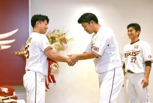 試合前、引退会見を行った渡辺直人(左)は浅村栄斗らから花束を渡され労をねぎらわれた。右は岡島豪郎