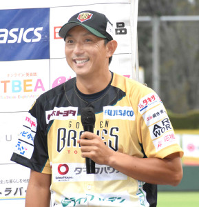 試合後のお立ち台で笑顔を見せる川崎宗則