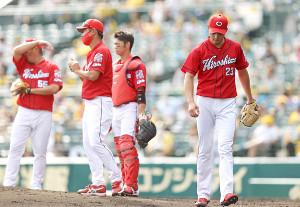 3回途中5失点で降板する薮田和樹(右)