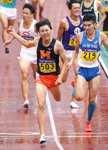 男子800メートルを大会新記録で制した法大・松本(中央)