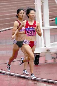 女子800メートルを制した川田(先頭)