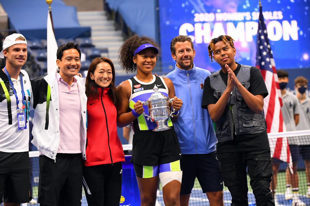 チームスタッフと恋人のYBNコーデー(右)と写真におさまる大坂なおみ(中央)(ロイター)