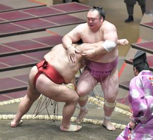 高安(左)が寄り切りで宝富士を破る (カメラ・今西 淳)