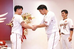 渡辺直(左)は浅村(中)らから花束を贈られた(右は岡島)