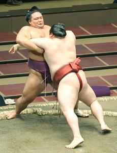 隆の勝(手前)に寄り切られ、初日から2連敗となった大関・朝乃山