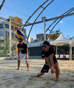 宮下パークのビーチコートで汗を流す西村晃一。47歳とは思えない肉体で来年の東京五輪へ照準を絞る