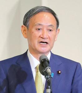 自民党新総裁に選ばれ登壇しあいさつする菅義偉氏
