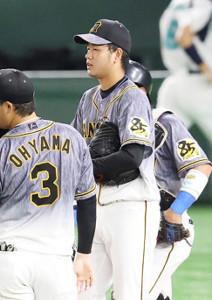 6回途中、マウンドに集まる高橋遥人(中央右)ら阪神ナイン